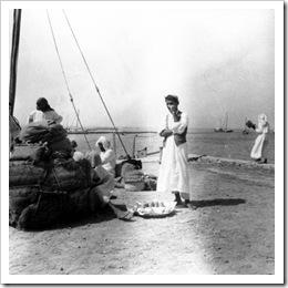 الحمالين يتناولون غذائهم في الميناء 1933م