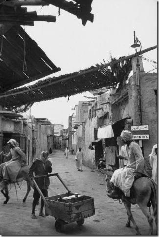 قرويون في أحدى قرى المحرق