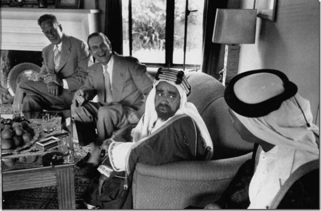 دردشة بين سلمان بن حمد وتشارلز بلغريف (الحاكم الفعلي السابق للبحرين) وماكس ثورنبرغ وأحد مستشاري سلمان بن حمد