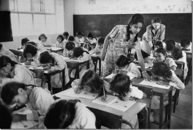 زوجة بلغريف تدرس طالبات بحرينيات