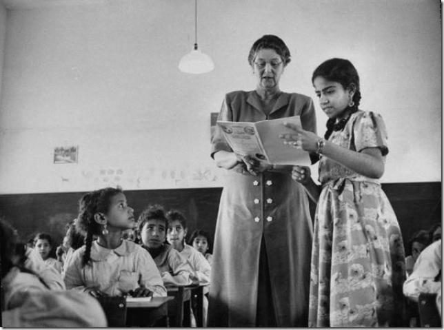 مكتوب كتعليق على هذه الصورة بأن زوجة بلغريف تدردش مع إحدى طالباتها ولكن أتوقع أنها معلمة (رغم صغر سنها)