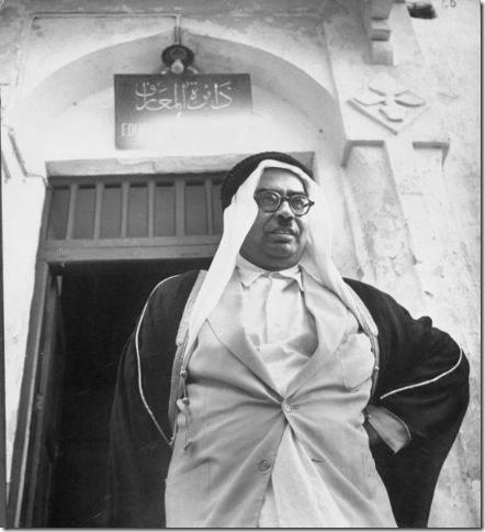 رئيس دائرة المعارف (وزارة التربية والتعليم حالياً) أحمد العمران أمام مكتبه