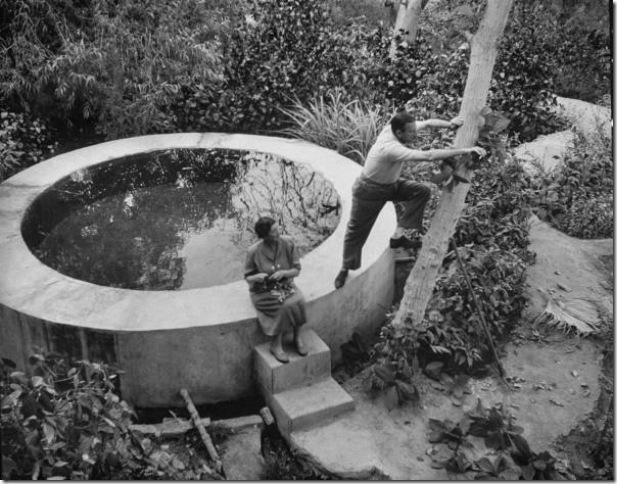 بلغريف يتفقد خزان الماء وزوجته تغزل الصوف