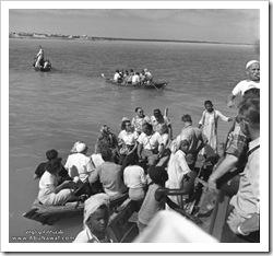 موظفو الشركة يحملون على القوارب من فرضة الدمام في زيارة الى تاروت بداية الخمسينيات