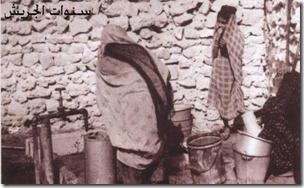 نساء من قرية المعامير يملئون الماء من احدى الصنابير المتصلة ببابكو في الاربعينات copy