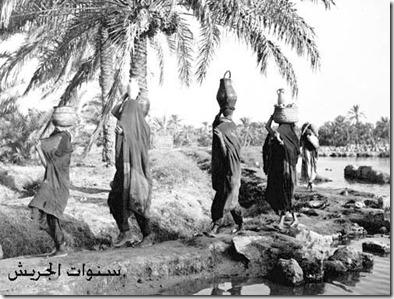 نساء في احدى القرى يجلبون الماء من مسافات طويلة copy