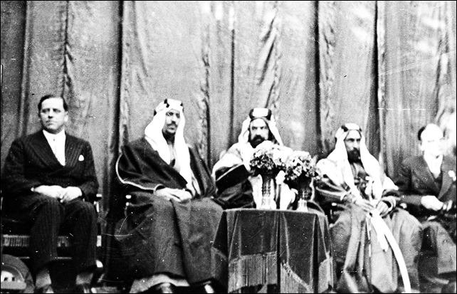 -الملك سعود مع الشيخ حمد بن عيسى في مقر شركة النفط البحرينية