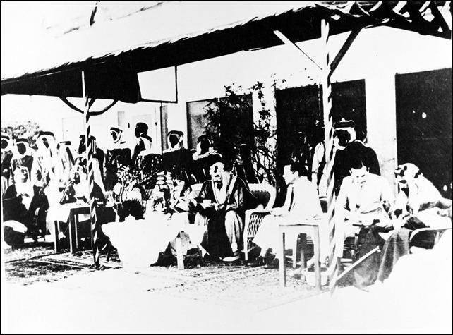 -الملك عبد العزيز مع الشيخ حمد بن عيسى آل خليفة 1937م