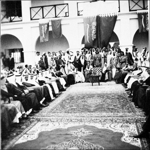 الملك سعود مع الشيخ سلمان بن عيسى عند وصوله الى البحرين 1954
