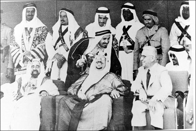 -الملك عبد العزيز أثناء زيارته الى مصر وبجانبه الملك فاروق