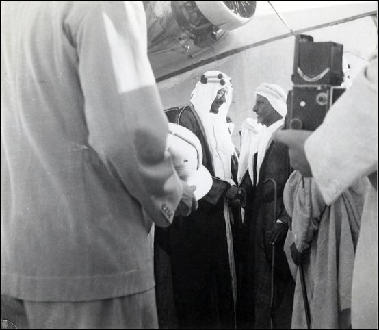 -ولي العهد في البحرين أثناء تجوله في مصفاة النفط 1939م