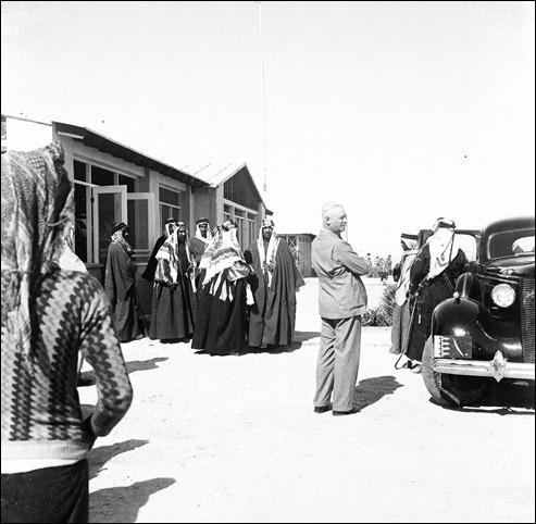 -الملك عبدالعزيزوالشيخ حمد على درج قصر القضيبية وعلى يمينه و