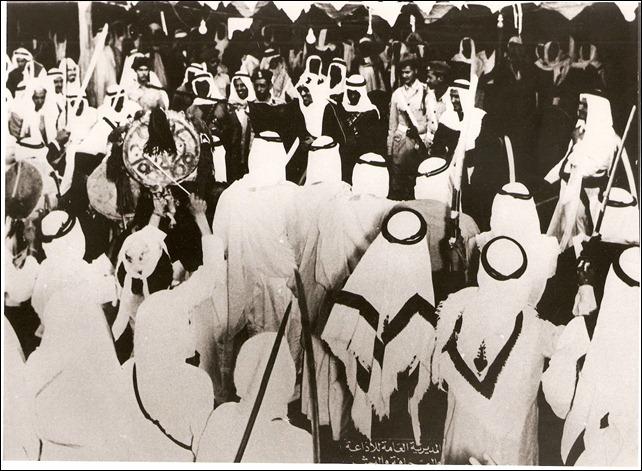 -الملك سعود يقوم برقصة العرضة 1954م