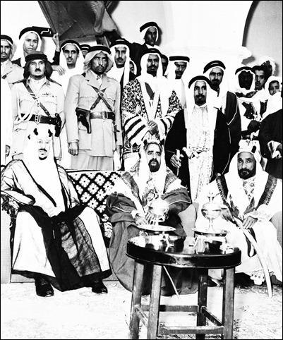 -الملك سعود  مع الشيخ حمد بن عيسى آل خليفة والشيخ عبد الله