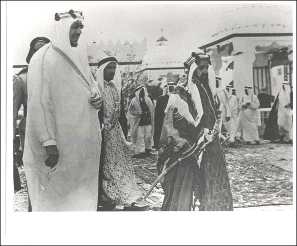 -الشخ سلمان بن حمد والملك سعود في قصر الرفاع بالبحرين 1954م