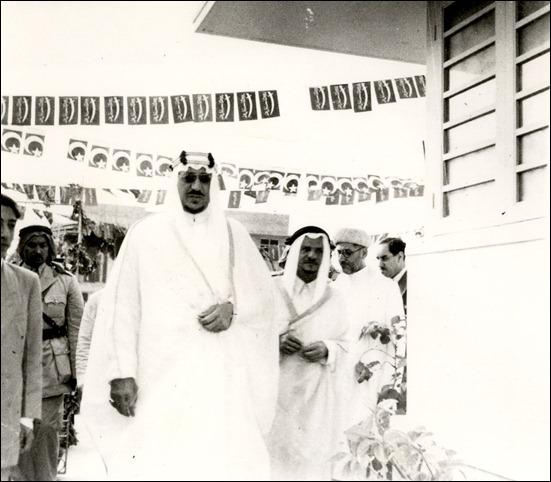 الملك سعود عند وصوله الى البحرين مع الشيخ عبد الله بلخير 195