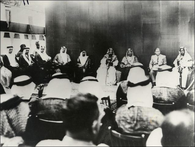 الملك سعود عند زيارته للبحرين عام 1939 م وعن يساره الشيخ حمد